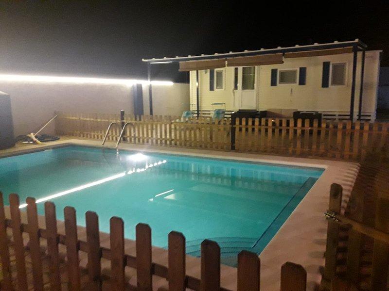 Es una parcela con dos bungalows piscina aire acondicionado WiFi barbacoas ., holiday rental in Barbate