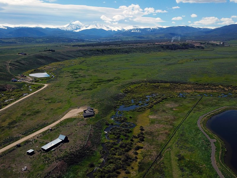 Vista aérea de ambos arroyos en la propiedad y Winter Park Resort en el fondo