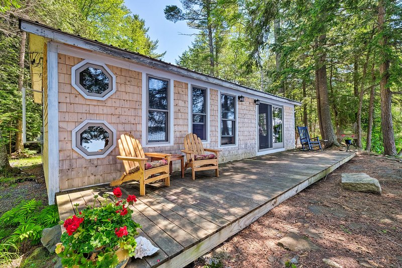 Cozy Lakefront Madison Cabin w/ Dock & Kayaks, holiday rental in Bingham