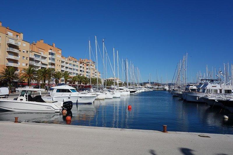 Studio calme à Giens , deux pas du port et des plages, aluguéis de temporada em Hyeres
