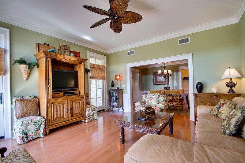 Flooring,Hardwood,Indoors,Living Room,Room