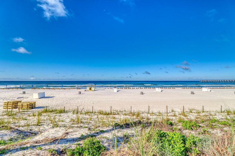 Condo w/ beach view plus a shared pool - walking distance to