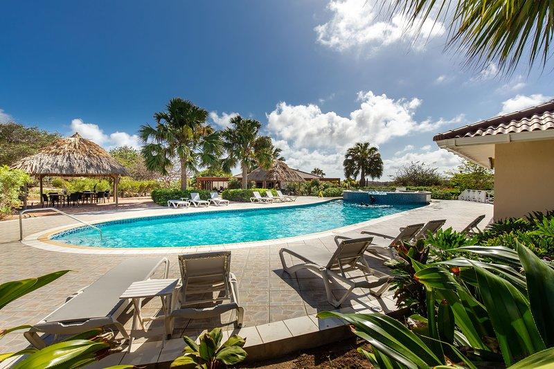 �Spacious Rustic 3BR Villa w/ Pool & Gym ☀️�, location de vacances à Sint Jozefsdal
