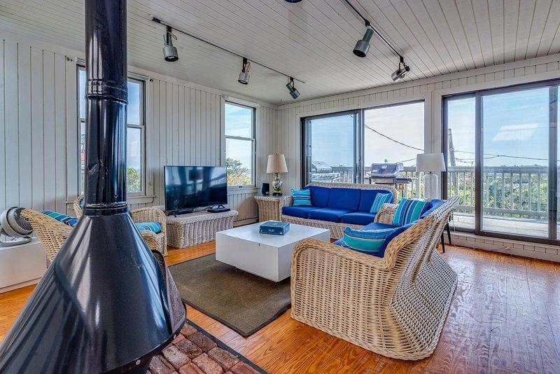 Large home with ocean views, fireplace &  gas grill - dogs ok!, location de vacances à Fair Harbor