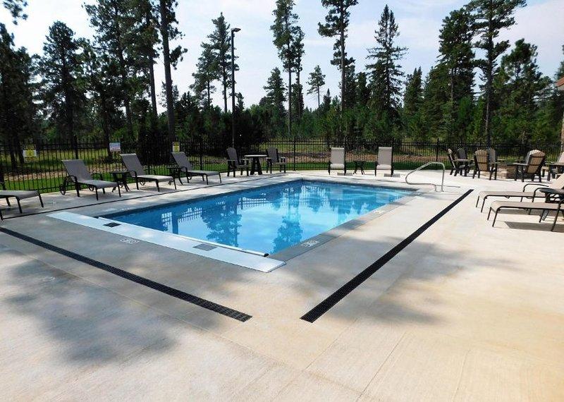 Edificio comunitario piscina climatizada al aire libre.