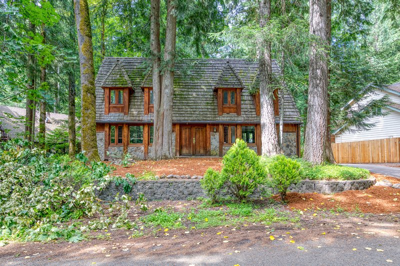 Charming lodge-style home w/ fireplace, private hot tub, & shared pool access!, holiday rental in Brightwood