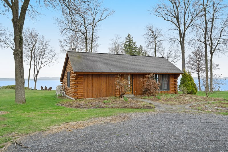 Gorgeous cabin with stunning views and access to a shared dock - free WiFi!, vacation rental in Shelburne
