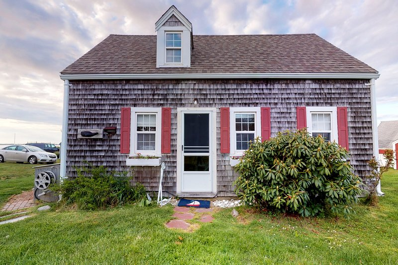 Bay view cottage w/ deck, gas grill & great view - steps to private beach!, vacation rental in Yarmouth Port