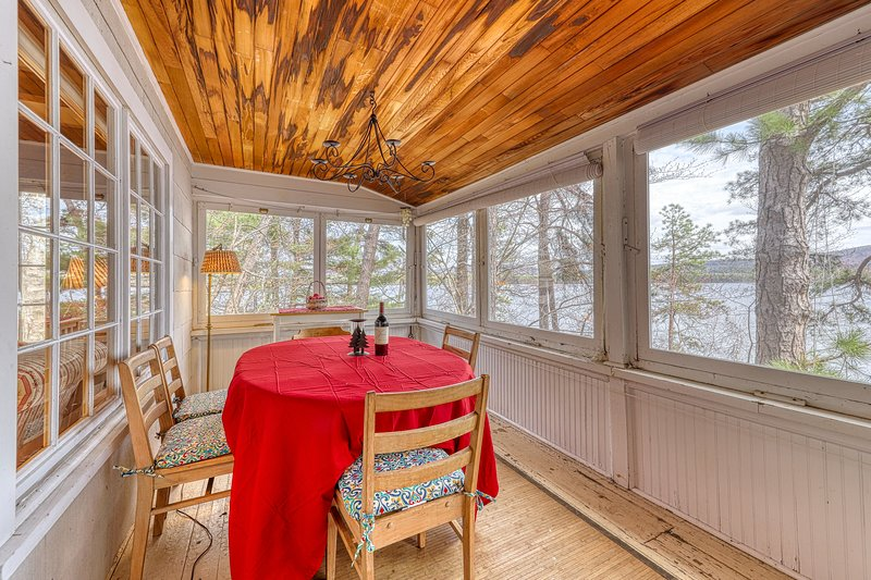 Lakefront home w/ a dock, wood-burning fireplace, & lovely lake views!, location de vacances à Silver Lake