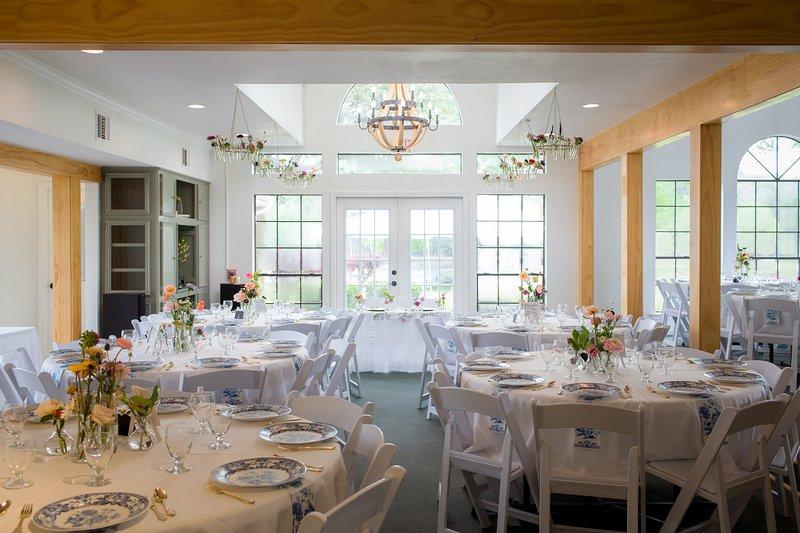 La salle d'événement peut accueillir jusqu'à 120 invités à la Serenity Rose Farm, à l'espace événementiel et aux cabines.