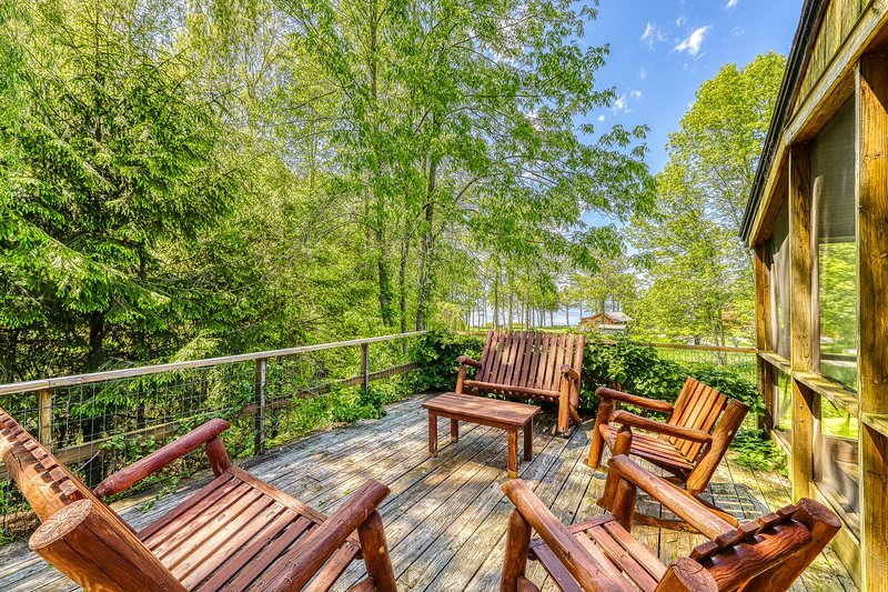 Comfortable house in Charlotte with access to a shared dock, vacation rental in Shelburne