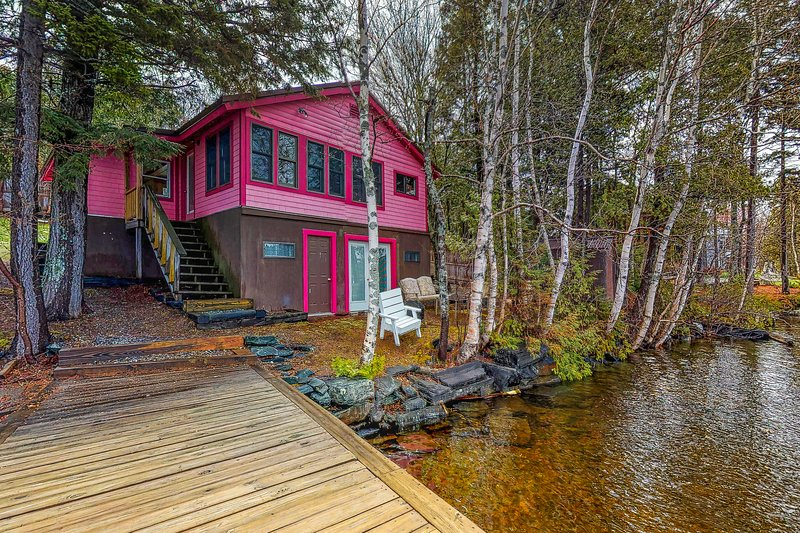 Lakefront cottage w/ dock, firepit, & views - near boat launch - two dogs OK!, vacation rental in West Forks