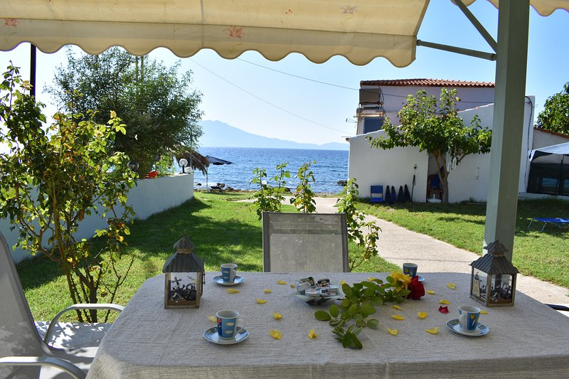 House just on the beach -included 2 canoe, 2 bicycles, location de vacances à Ravdoucha