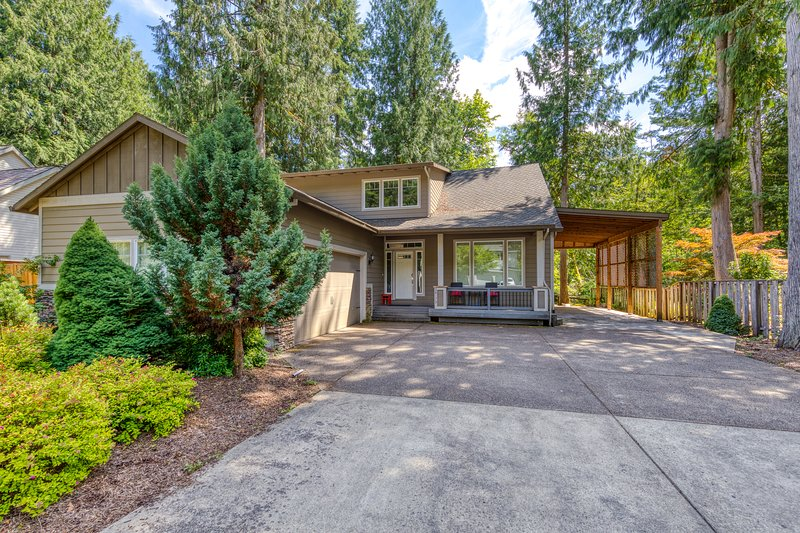 Bright and modern home featuring spacious outdoor deck and game room!, vacation rental in Welches