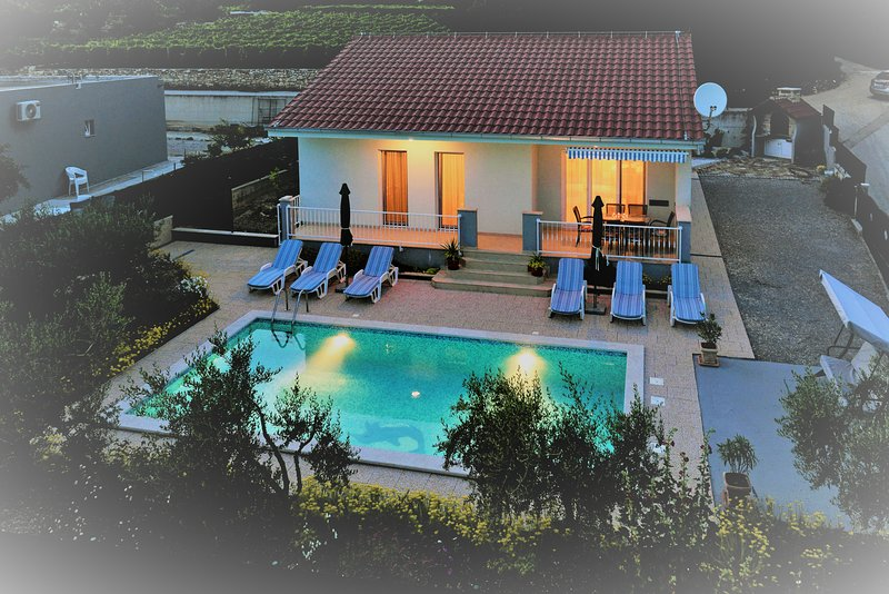 Villa Josipa- privacy, big private pool, BBQ, parking, city tour, holiday rental in Kastela