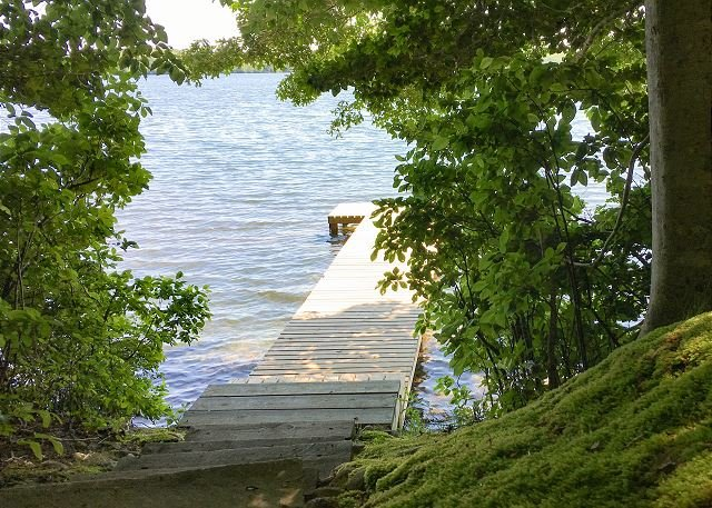 Mashpee Heaven: Lakefront Cottage w/ Private Pier & Big Patio, vacation rental in Forestdale