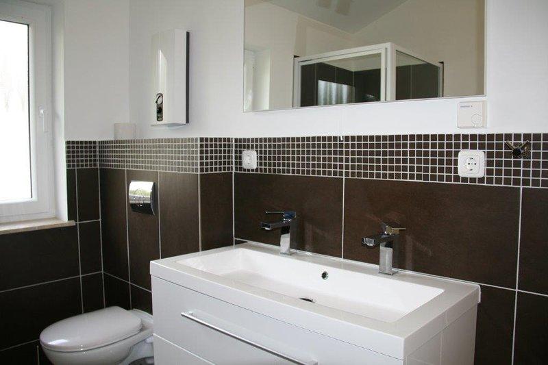 Bathroom with washbasin and toilet