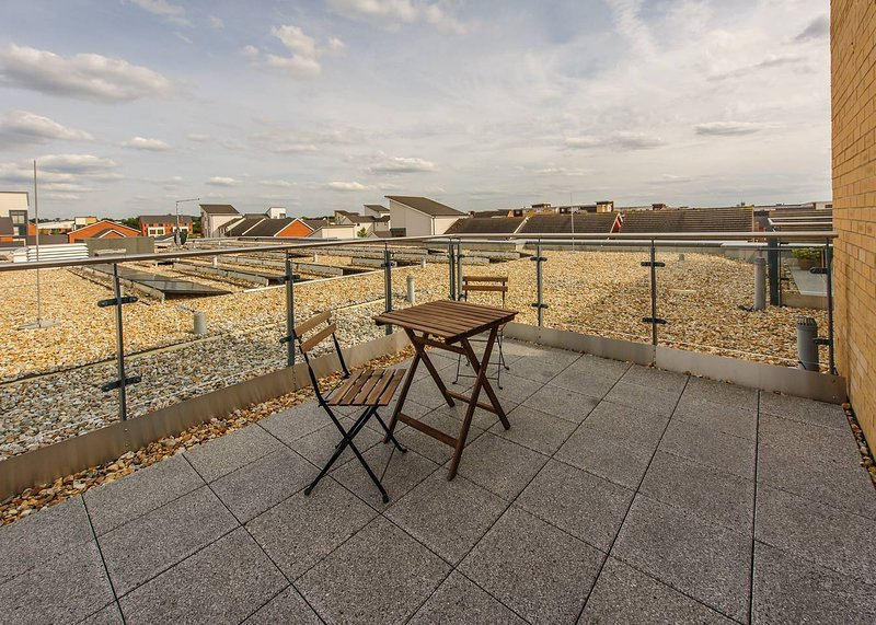 Plush Reading rooftop apartment for 2 with terrace, holiday rental in Sherfield On Loddon