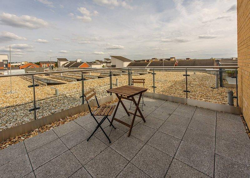 Plush Reading rooftop apartment for 2 with terrace, aluguéis de temporada em Reading