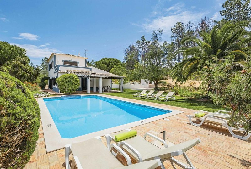 Spacious 4 bed vlla, 15 minutes from the beach, holiday rental in Caramujeira