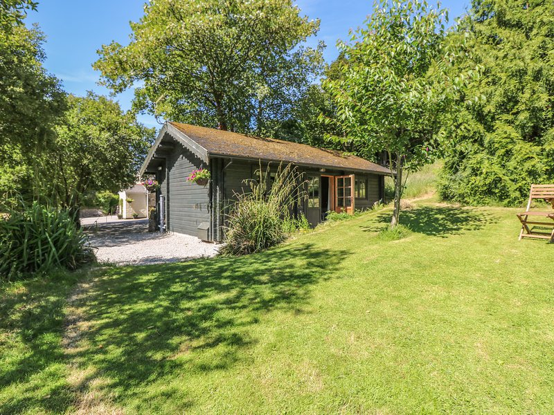 POND CABIN cute log cabin, lush garden with pond, 7 miles to Falmouth, Ref, vacation rental in Carnmenellis