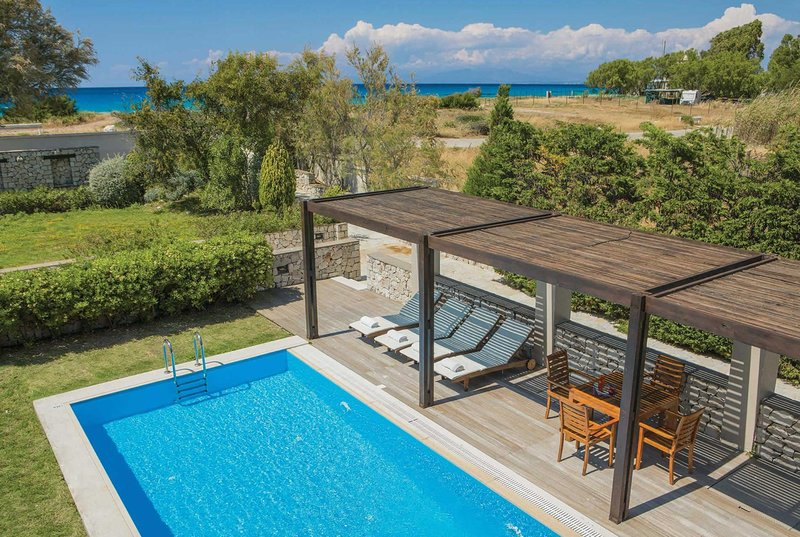 Beachfront villa w/seaview close to some amenities, holiday rental in Frini