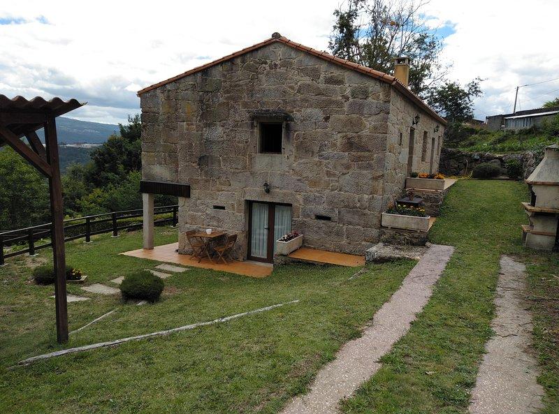 Casa rural.con piscina, jardín y barbacoa privada, aluguéis de temporada em Crecente