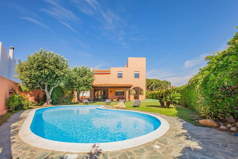 4 bedroom villa, close to beach w/ large pool, vacation rental in Capitana