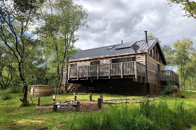 Flora is a beautiful Scandinavian style log cabin in pretty woodland setting, holiday rental in Portsonachan
