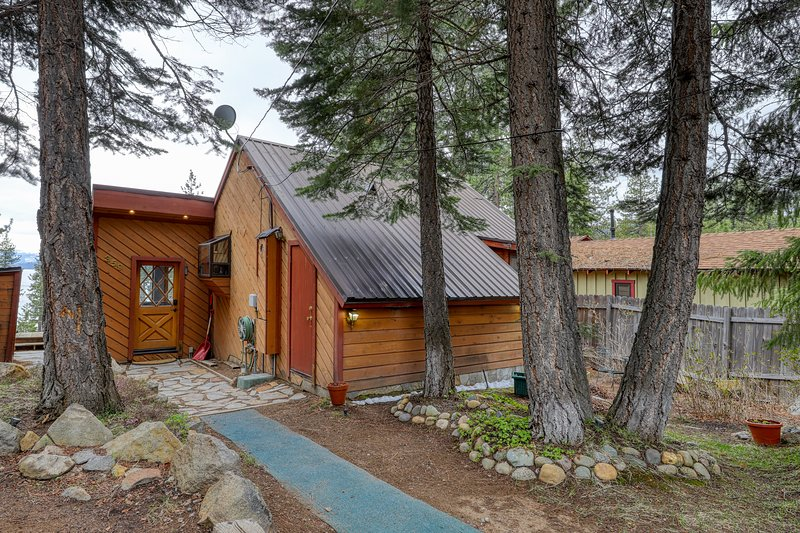 NEW LISTING! Family home w/ private hot tub & lake view deck - walk to lake! Chalet in Northstar