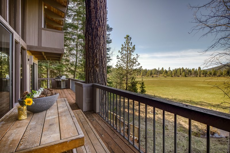 Lodge-style home w/ spectacular view & shared pools/hot tubs!, location de vacances à Camp Sherman