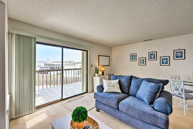 Emerald Isle Condo w/ Pool and Ocean Views!, holiday rental in Cedar Point