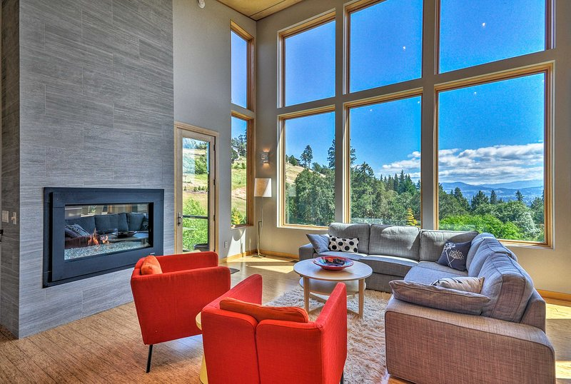 Expansive Modern Home w/ Patio+Mt. Hood Views, holiday rental in White Salmon