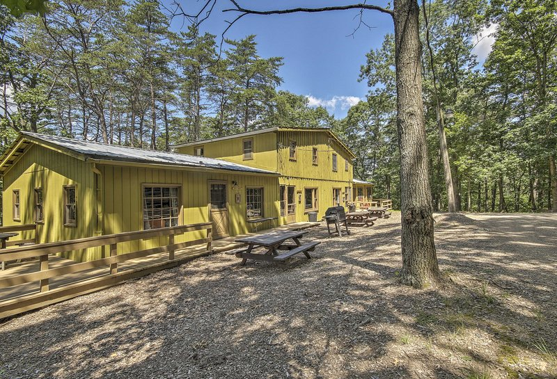 Rustic 'Clint Eastwood' Ranch Apt by Raystown Lake, holiday rental in Saxton