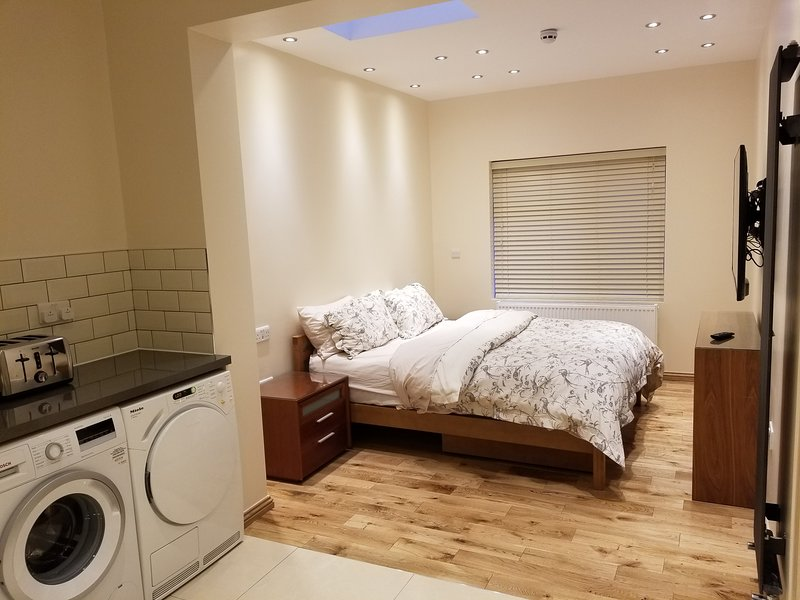London Studio Flat 1 minute walk to Redbridge Suite 2 Buttercup, vacation rental in Loughton