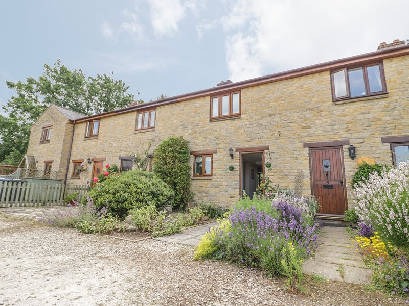 4 MANOR FARM COTTAGES, lovely terraced cottage, WiFi, courtyard garden, in, location de vacances à Stretton on Fosse