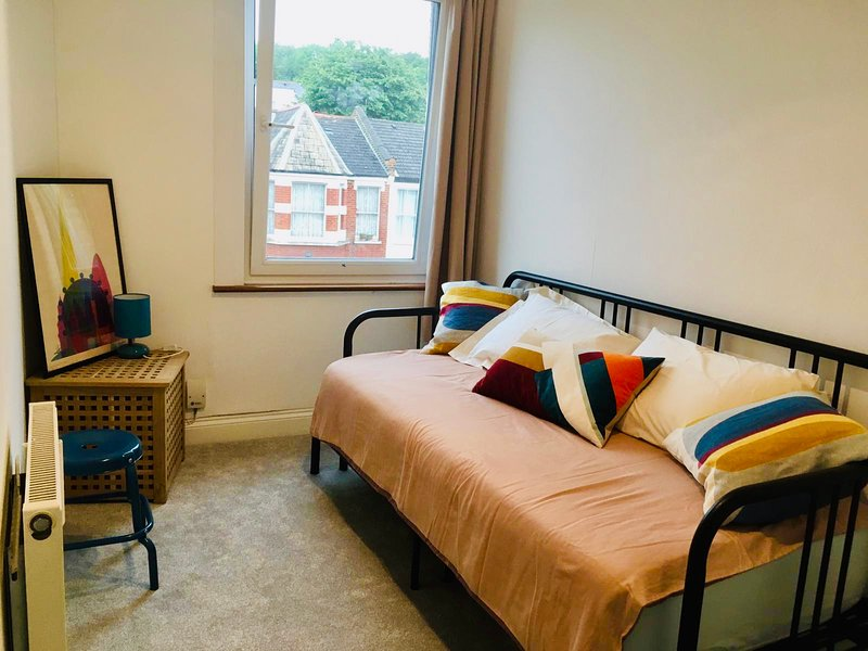 Bright apartment in leafy North London, sleeps 6, Ferienwohnung in North Finchley