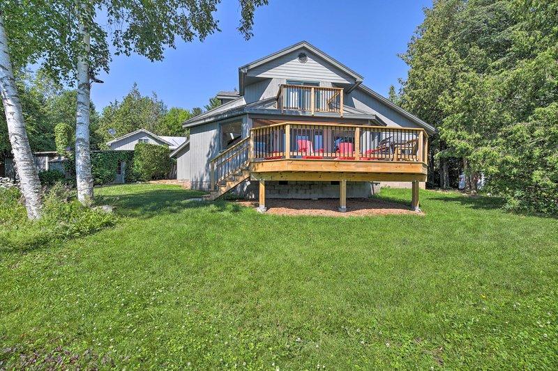 La casa cuenta con 3 dormitorios, 2.5 baños y acceso privado al lago.