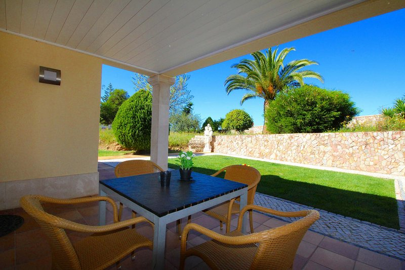 Fully equipped apartment, close to award-winning beaches, casa vacanza a Odelouca