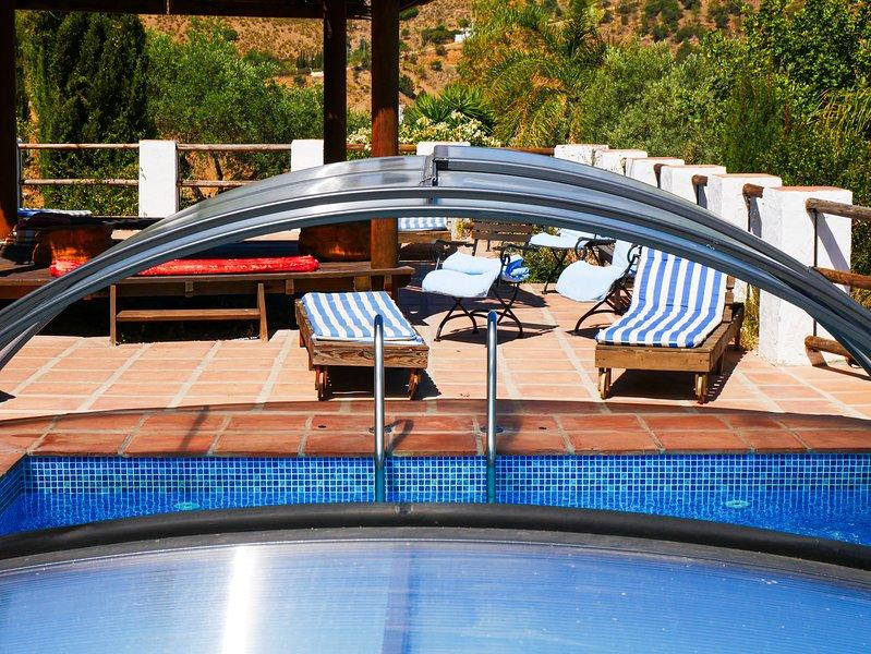 7/8 dormitorios y 5 baños con piscina ideal para reuniones familiares., holiday rental in Casabermeja