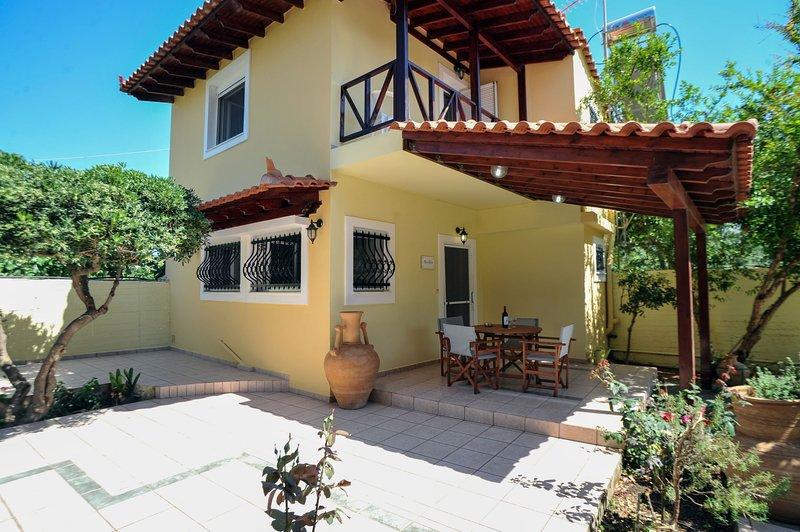 Romantic Corner | Theofilos Sea View Maisonette - 300m From Stalos Beach, location de vacances à Stalos