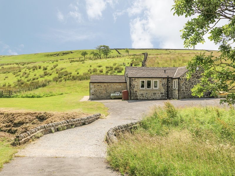 BECKSIDE COTTAGE, detached, all ground floor, woodburner, hot tub, in Skipton, vacation rental in Colne