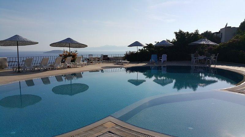 A Flat in a Villa - Appartement spacieux avec vue imprenable sur la mer !, alquiler de vacaciones en Gumusluk