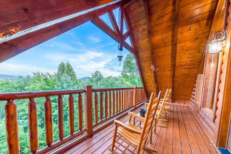 Luxurious cabin with private hot tub, three levels of decks, and amazing views!, vacation rental in Sevierville