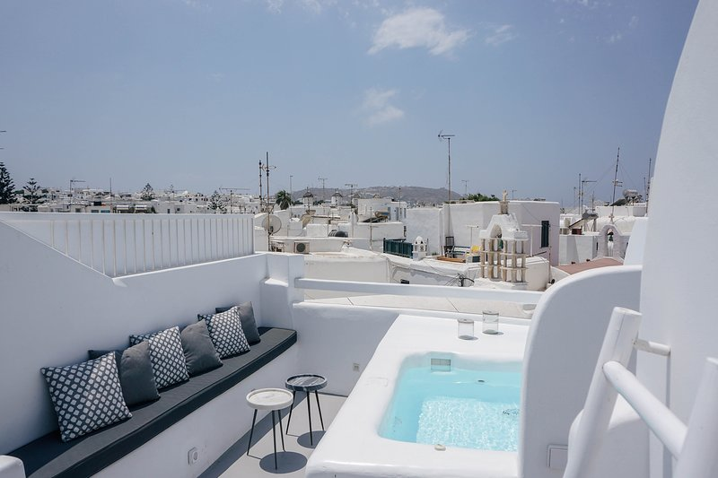 Roofs Of Chora Town House with Rooftop Pool, vacation rental in Aggelika