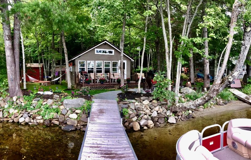 Beautiful Lakeside Four Season Cottage, holiday rental in Levant