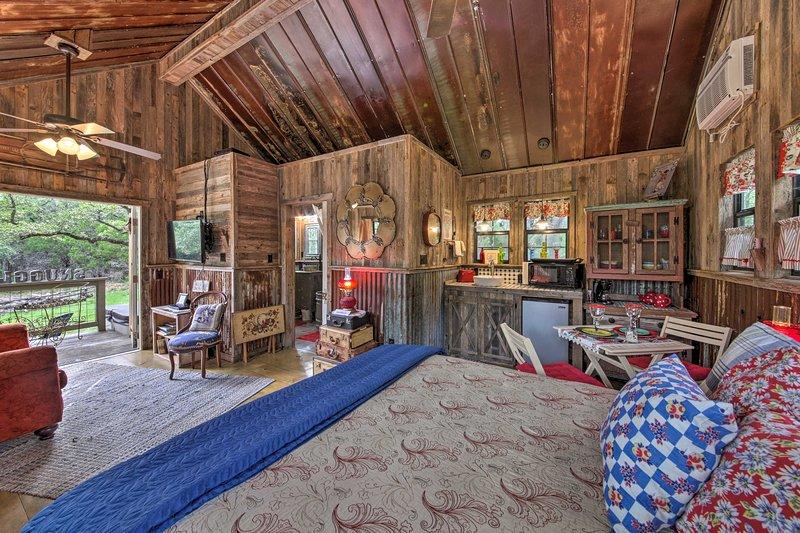 Snuggle Inn' Wimberley Cabin w/Fire Pit+Deck, holiday rental in Fischer