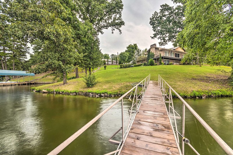 Lakefront Hot Springs Home w/Hot Tub & Dock!, holiday rental in Pearcy