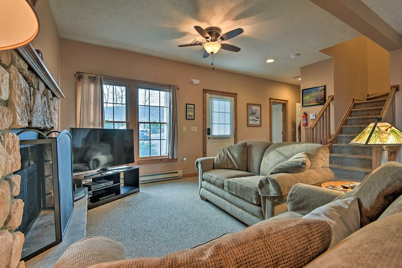 Tannersville Home w/ Deck View, 1 Mi to Camelback!, casa vacanza a Swiftwater