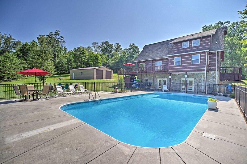 Das Ferienhaus mit 4 Schlafzimmern und 3,5 Bädern bietet Platz für 12 Personen und verfügt über einen eigenen saisonalen Pool.